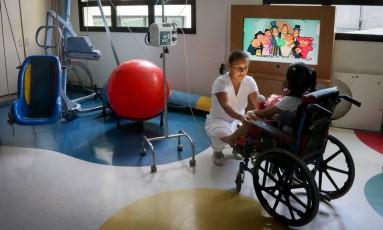 Crianças com deficiância, como aquelas que têm paralisia cerebral grave ou microcefalia, são abandonadas pelos familiares na Cruz Verde, uma entidade filantrópica com serviço de internação conveniado com o SUS Foto: Marcos Alves/6-1-2016