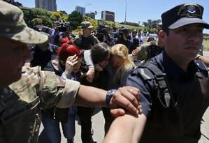 Familiares de tripulantes choram e se abraçam após notícia de explosão no submarino Foto: Esteban Felix / AP