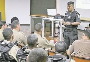 Tentente-coronel Nunes, do 41º BPM (Irajá) explica problemas enfrentados pela PM na regiaõ aos guardas municipais Foto: Divulgação / Terceiro