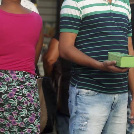 Venda de celular no camelódromo da Uruguaiana, no Rio de Janeiro: aparelhos piratas serão bloqueados Foto: Marcelo Theobald/Agência O Globo/05-10-2017