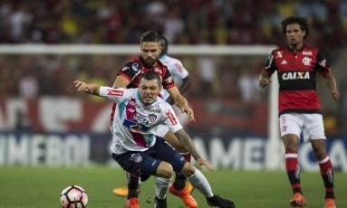 Diego disputa a bola com um jogador do Junior Barranquilla Foto: Guito Moreto