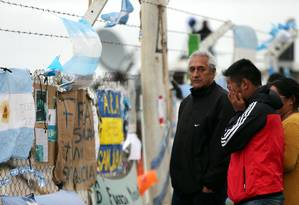 Em Mar del Plata, familiares e amigos choram sem notícias dos tripulantes Foto: MARCOS BRINDICCI / REUTERS