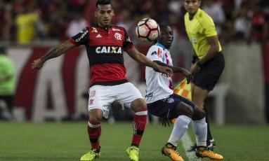 Peruano Trauco disputa a bola com um jogador do Junior, no Maracanã Foto: Guito Moreto