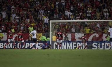 Muralha, ao centro, não evitou o cruzamento no gol de Teo Gutierrez Foto: Guito Moreto