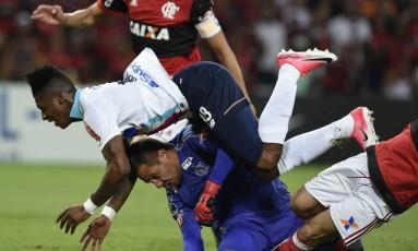 Diego Alves se lesionou ao dividir a bola com Gonzalez Foto: LEO CORREA / AFP