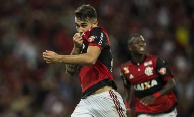 Vizeu beija o escudo do Flamengo ao marcar o gol da virada sobre o Junior Foto: Guito Moreto