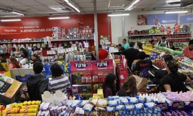 Fila para o caixa em loja na madrugada desta sexta-feira Foto: Paulo Nicolella / Agência O Globo