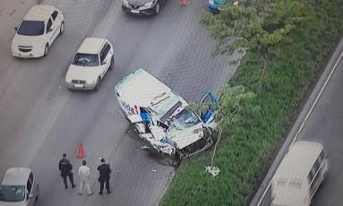 Ambulância na Avenida Brasil depois de acidente Foto: Reprodução/TV Globo