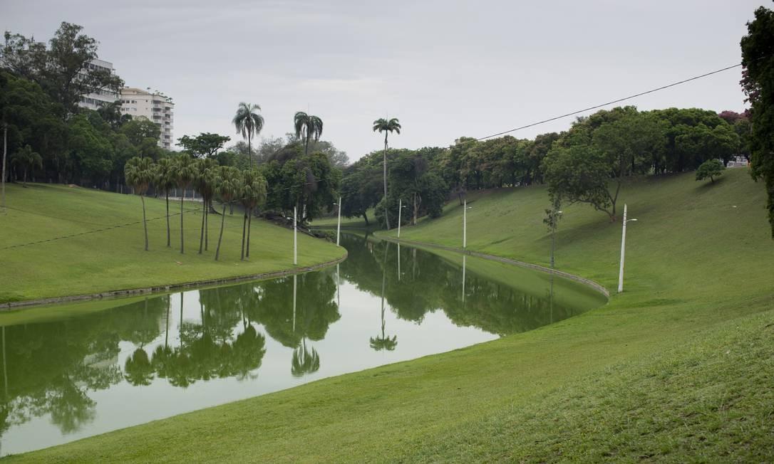 A quinta possui caminhos sinuosos, lagos, cascatas, grutas e rocalhas artificiais Foto: Márcia Foletto / Agência O Globo