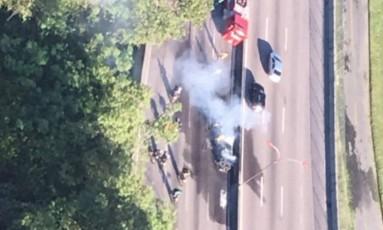 Carro pega fogo na Linha Vermelha Foto: Centro de Operações Rio