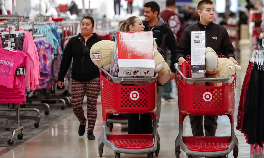 Clientes passam pelos corredores da loja Target, em Chicago, Illinois, com os carrinhos lotados de mercadorias na quinta-feira, Dia de Ações de graças nos Estados Unidos, já aproveitando as ofertas da Black Friday Foto: KAMIL KRZACZYNSKI / REUTERS