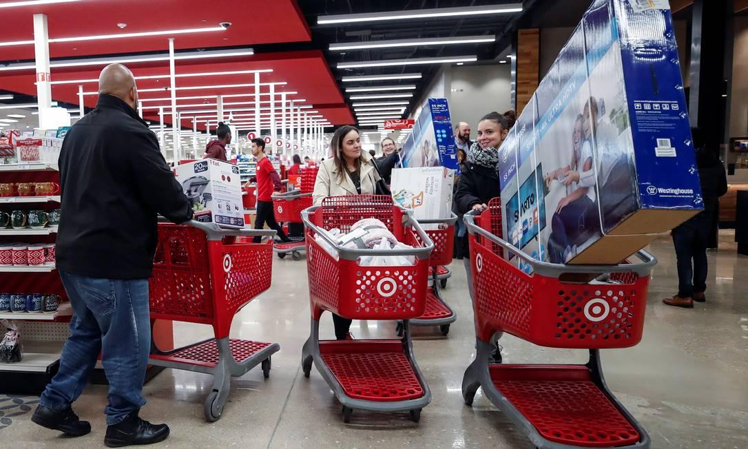 Nos EUA, os americanos já começam a aproveitar os baixos preços das mercadorias no Dia de Ações de Graças, na véspera da Black Friday. Cpnsumidores com os carrinhos lotados de mercadorias passam pelos corredores da loja Target, em Chicago Foto: KAMIL KRZACZYNSKI / REUTERS