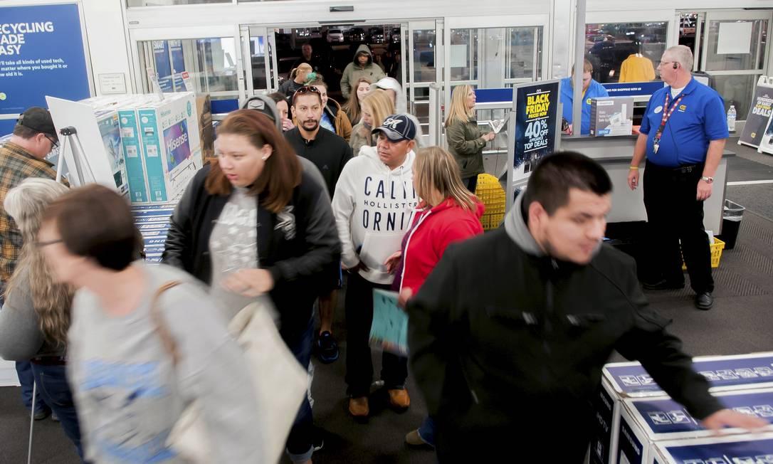 Os compradores entrem em uma das filiais da Best Buy procurando por ofertas antecipadas da Black Friday na quinta-feira, dia de Ações de graças nos Estados Unidos Foto: Bac Totrong / AP