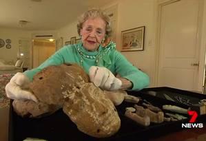 Joan Howard mostra uma máscara funerária que mantém em sua coleção Foto: REPRODUÇÃO/SEVEN NEWS