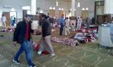 No interior da mesquita Rawda, no Sinai, Egito, os corpos de vítimas do ataque Foto:  / Reprodução