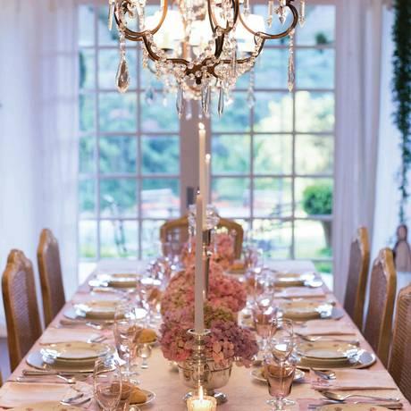 Para dar um clima romântico a um almoço à luz do dia na Serra, foram usadas hortênsias rosas combinadas com o aparelho de jantar da família Foto: Divulgação