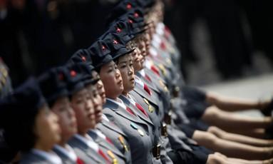 Mulheres marcham durante desfile militar em Pyongyang Foto: Reuters