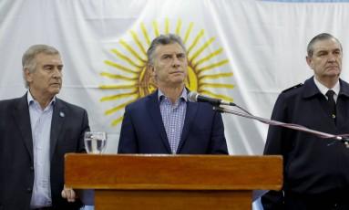 Macri fala com a imprensa junto ao ministro da Defesa, Oscar Aguad (esq.), e ao almirante Marcelo Eduardo Hipolito Srur, chefe da Marinha Foto: Victor R. Caivano / AP
