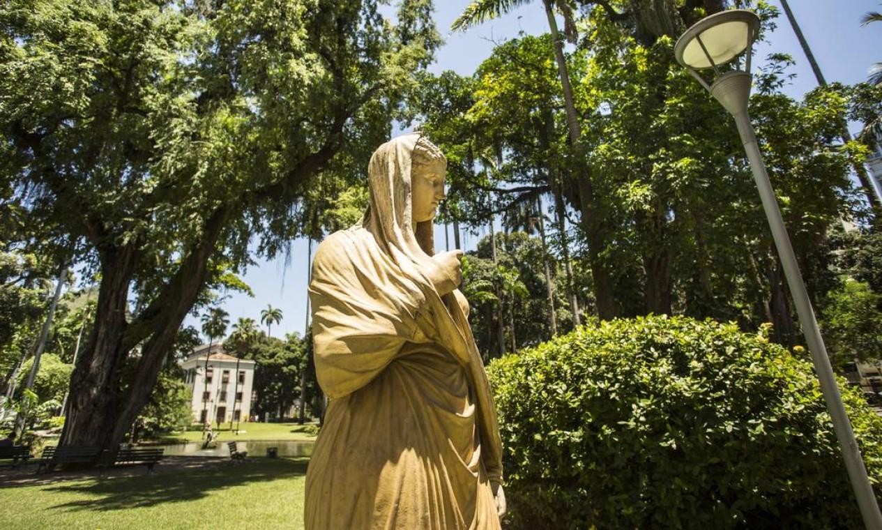 Entre os elementos do jardim, há um conjunto de esculturas, pontes, lagos e grutas Foto: Ana Branco / Agência O Globo
