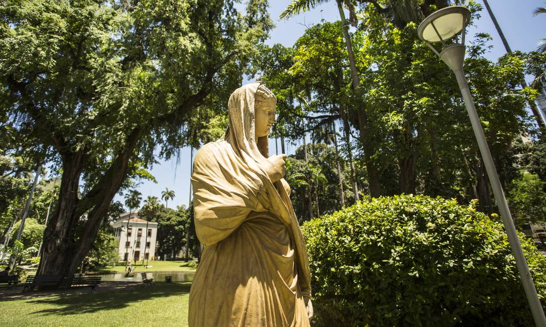Entre os elementos do jardim, há um conjunto de esculturas, pontes, lagos e grutas Ana Branco / Agência O Globo