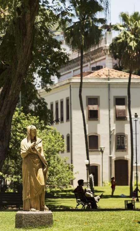 Duas esculturas de terracota compõem o jardim, representando figuras femininas características dos jardins públicos do final do século XIX e início do século XX Foto: Ana Branco / Agência O Globo