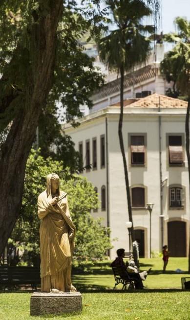 Duas esculturas de terracota compõem o jardim, representando figuras femininas características dos jardins públicos do final do século XIX e início do século XX Ana Branco / Agência O Globo