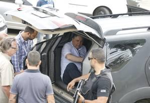Garotinho deixa a delegacia, onde prestou depoimento sobre suposta agressão, e é encaminhando para o IML Foto: Domingos Peixoto / Agência O Globo 24/11/2017