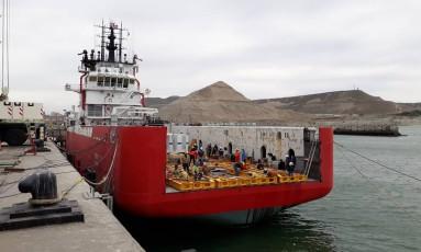 O rebocador Sophie Siem é modificado para carregar minisubmarino Foto: Pablo Riffo Torres