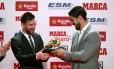 Suárez entrega a Messi sua quarta Chuteira de Ouro Foto: ALBERT GEA / REUTERS