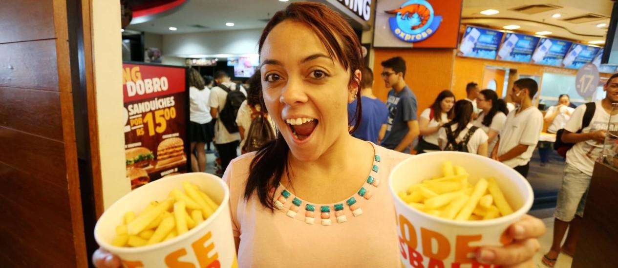 Ana Carolina prefere os baldes de batata do Burger King Foto: Fabiano Rocha / Agência O Globo