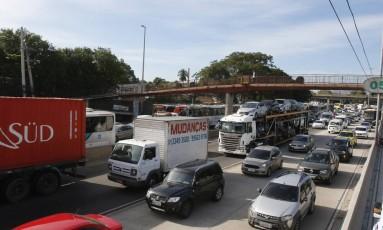 Caminhões no Rio Foto: Parceiro / Agência O Globo