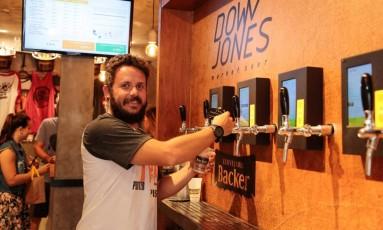 André Acquaviva tira um chope: variação de preço da bebida é acompanhada pela televisão Foto: Brenno Carvalho / Agência O Globo