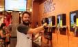 André Acquaviva tira um chope: variação de preço da bebida é acompanhada pela televisão