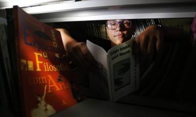 Jean Alves, de 17 anos, é aluno do primeiro ano do Ensino Médio e autor de um dos poemas selecionados no livro Foto: ANTONIO SCORZA / O Globo
