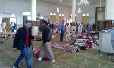 Corpos são estirados na mesquita de Rawda após ataque terrorista Foto: STRINGER / AFP