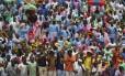 Espectadores comemoram a posse de Emmerson Mnangagwa na Presidência do Zimbábue nesta sexta-feira Foto: Ben Curtis / AP/Ben Curtis