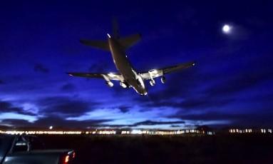 O avião de carga russo Antonov 124 pousa no aeroporto da cidade argentina de Comodoro Rivadavia na noite desta sexta trazendo a bordo o minissubmarino e especialistas que ajudarão nas buscas pelo submarino argentino ARA San Juan, desaparecido no Atlântico Sul desde quarta-feira da semana passada Foto: AFP