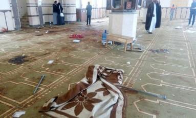 Visão do interior da mesquita de Al Rawdah, onde pelo menos 305 pessoas foram mortas no mais brital atentado da história moderna do Egito, nesta sexta-feira Foto: REUTERS/Mohamed Soliman