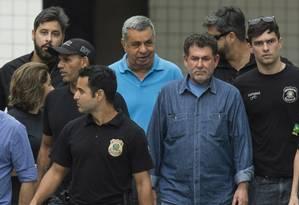 Após prisão, Jorge Picciani, Paulo Melo e Edson Albertassi deixam o IML escoltados por agentes da PF Foto: Guito Moreto / Agência O Globo