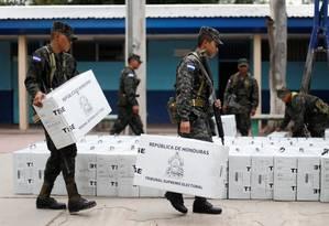 Militares transportam material que será usado para a votação Foto: EDGARD GARRIDO / REUTERS
