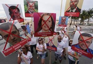 Cerca de 50 pessoas fizeram uma manifestação em frente ao posto 5 em Copacabana contra o aumento do IPTU Foto: Cleber Júnior / Agência O Globo