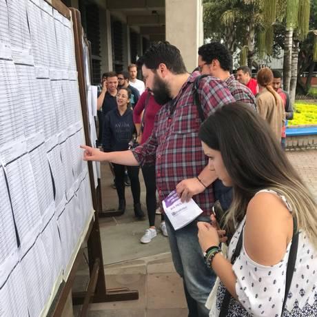 Estudantes consultam sala de prova em Porto Alegre Foto: Patrícia Comunello