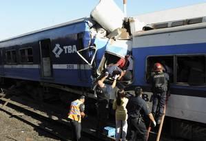 Equipes de resgate tiram sobreviventes dos escombros do trem que se chocou com a estação Once Foto: STRINGER/ARGENTINA / Reuters