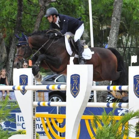 Sem erro. O cavaleiro Rafael Isasa salta com o cavalo P Compadre para vencer o GP Troféu Roberto Marinho Foto: EMERSON EMERIM / Divulgação/EMERSON EMERIM