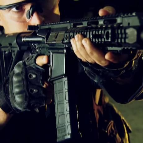 Polícia Civil descobriu esquema de montagem clandestina de fuzis com peças contrabandeadas do exterior e enviadas através dos Correios Foto: Reprodução / TV Globo