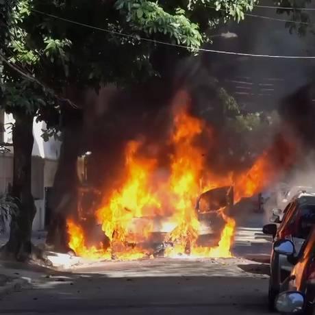 Carro pegou fogo Rua Heber de Bôscoli, em Vila Isabel, mas motorista conseguiu sair ileso do veículo Foto: Reprodução / Mauro Guerreiro