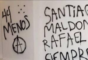 """Mensagem """"44 menos"""", em referência aos tripulantes do submarino argentino desaparecido, foi pichada durante protesto em Buenos Aires, revoltando familiares Foto: Facebook/Reprodução"""