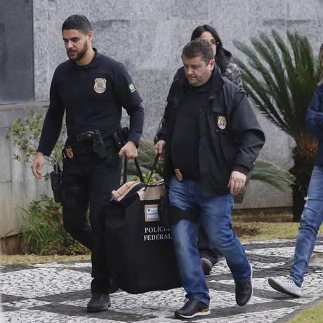 Policiais federais chegam com malotes na sede da PF, em São Paulo Foto: Edilson Dantas / Agência O Globo