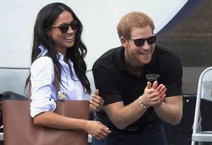 O príncipe Harry e sua então namorada Meghan Markle aparecem pela primeira vez juntos durante uma competição de tênis durante o Invictus Games, um evento esportivo para veteranos feridos em Toronto, Canadá Foto: Nathan Denette / AP