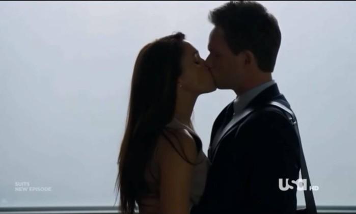 Ainda com receio de assumir romance o casal se beija no meio do escritório onde trabalham- Reprodução